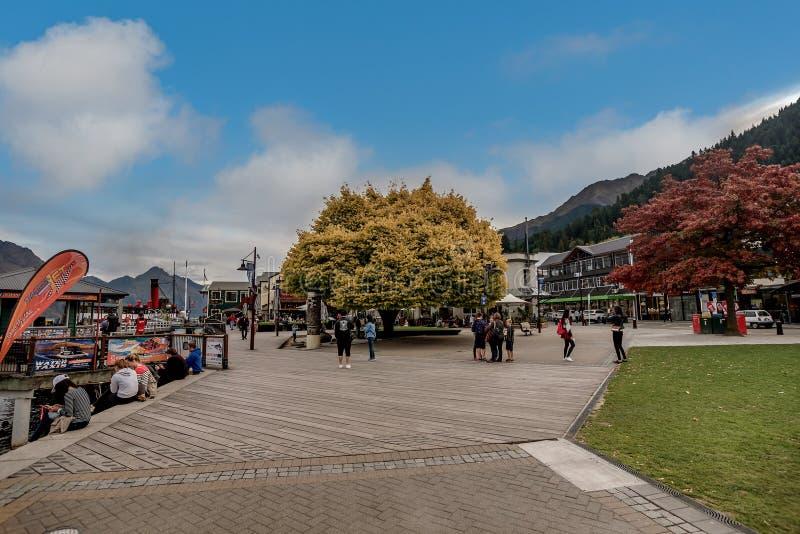 Centro de ciudad de la orilla del lago de Queenstown en el lago Wakapitu, Nueva Zelanda imagenes de archivo