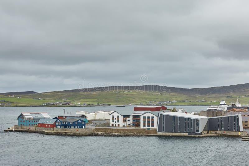 Centro de ciudad de Lerwick debajo del cielo nublado, Lerwick, Islas Shetland, Escocia, Reino Unido imágenes de archivo libres de regalías