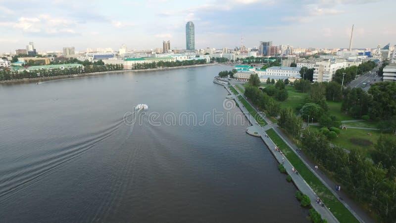 Centro de ciudad moderno grande visto desde arriba Hermoso de ciudad de la opinión aérea de Ekaterimburgo con el río, Rusia imagenes de archivo