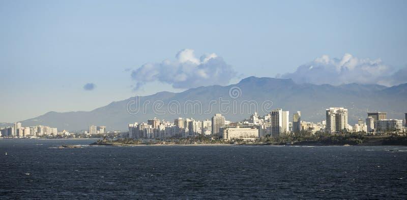 Centro de ciudad de San Juan, Puerto Rico visto del mar fotografía de archivo libre de regalías