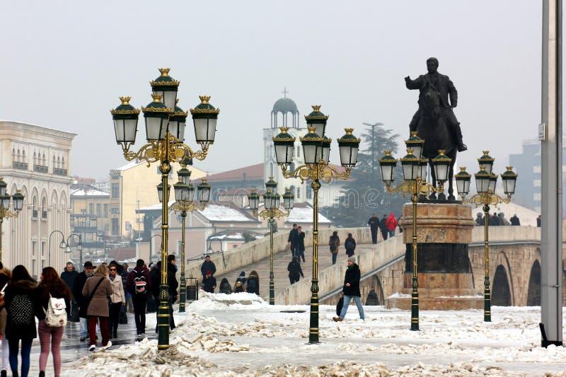 Centro de ciudad de Skopje, mirando hacia el puente viejo fotos de archivo libres de regalías