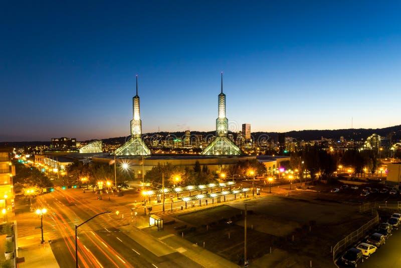Centro de convenções de Oregon no crepúsculo imagem de stock royalty free
