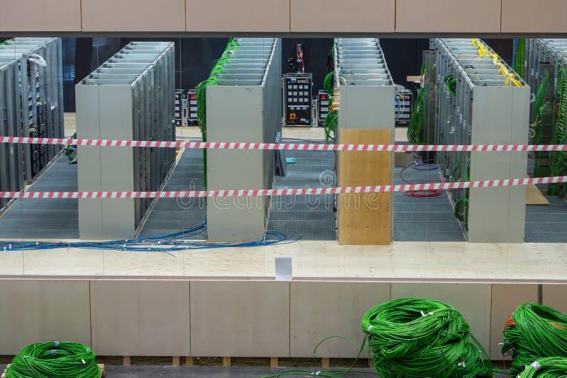 Centro de datos de la red con los alambres verdes fotos de archivo