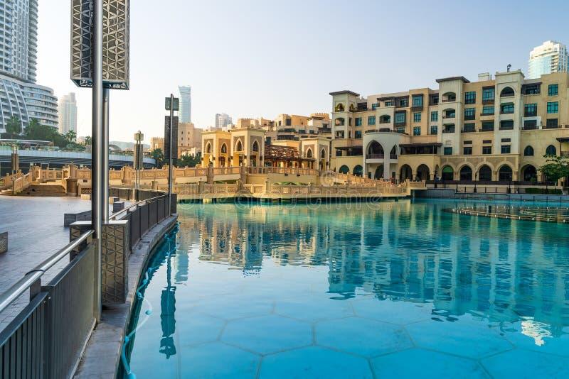 Centro de Dubai no nascer do sol da manhã, piscina de fontes dançantes perto de Dubai Mall, Emirados Árabes Unidos fotografia de stock