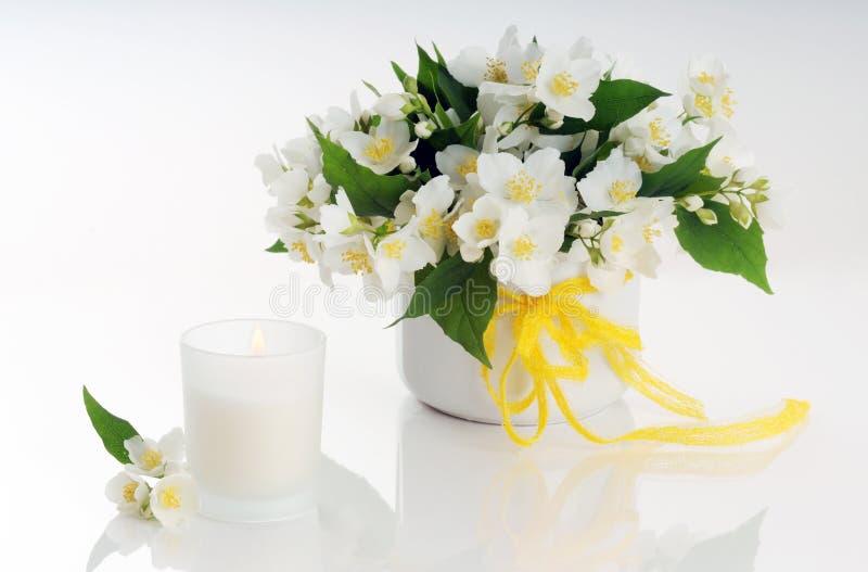 Centro de flores blancas fotografía de archivo