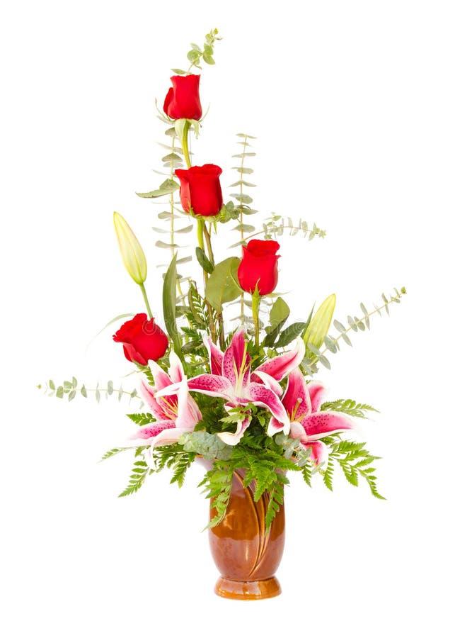 Centro de flores con el lirio y las rosas imagen de archivo