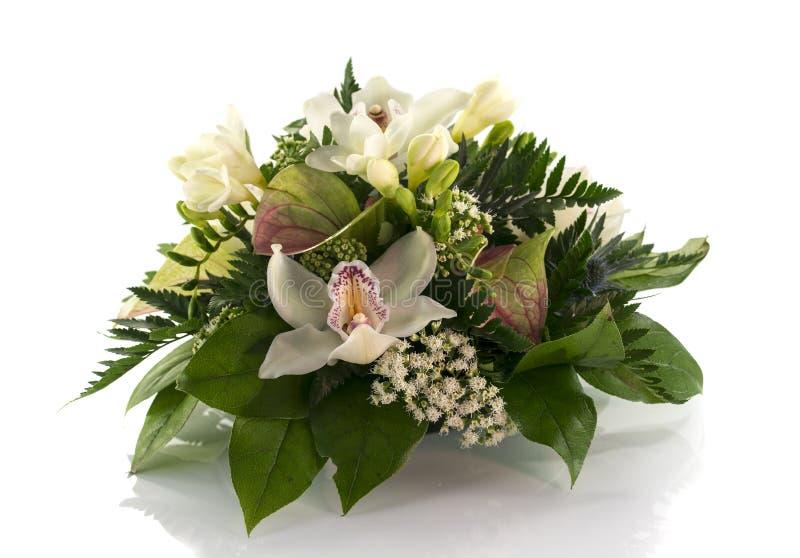 Centro de flores con los lilys y la fresia fotografía de archivo libre de regalías