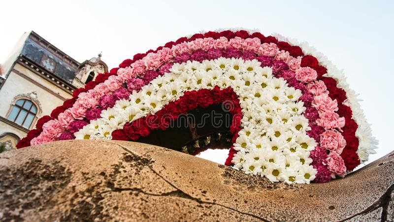Centro de flores con rosa verde y púrpura coloridos fotos de archivo
