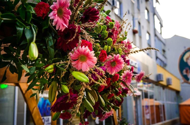 Centro de flores con rosa verde y púrpura coloridos foto de archivo libre de regalías