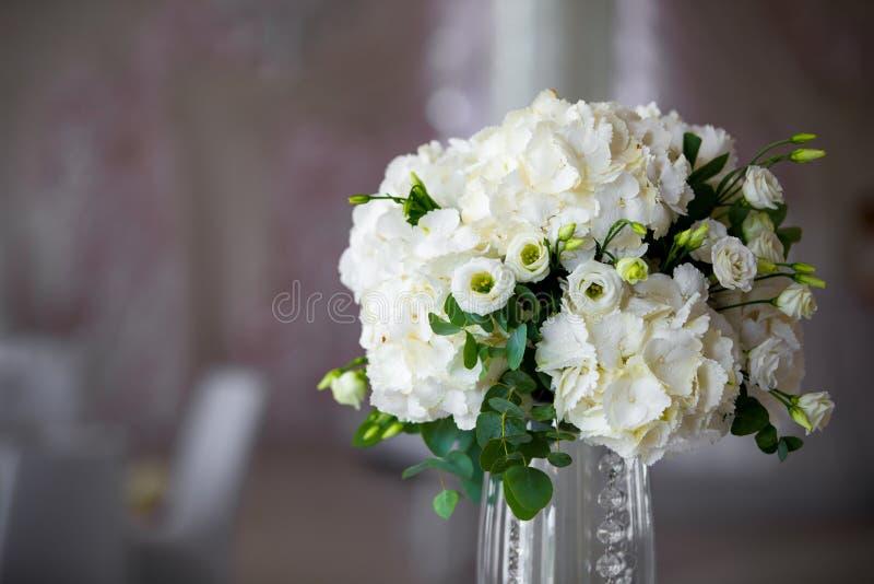 Centro de flores de lujo de la boda fotos de archivo