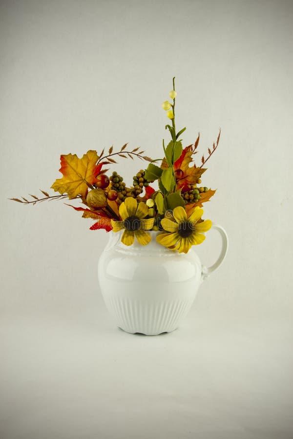 Centro de flores del otoño imágenes de archivo libres de regalías