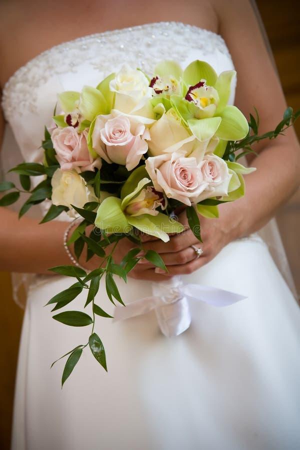 Centro de flores del ramo de la boda fotografía de archivo libre de regalías