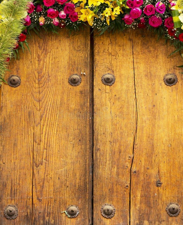 Centro de flores en fondo de la madera imágenes de archivo libres de regalías