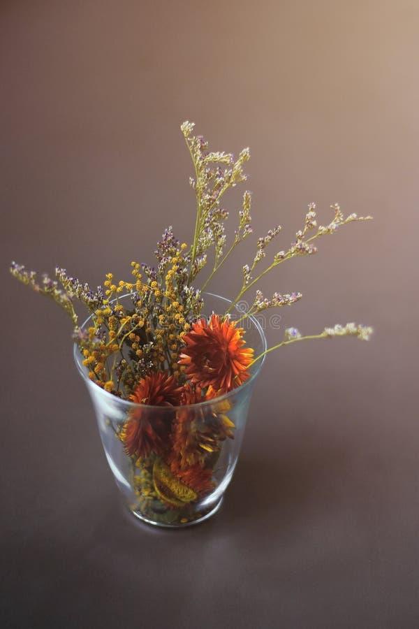 Centro de flores en vidrio claro fotografía de archivo libre de regalías