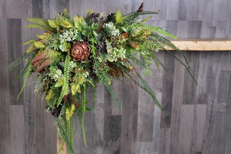 Centro de flores festivo en un fondo de madera gris Artifici imagenes de archivo