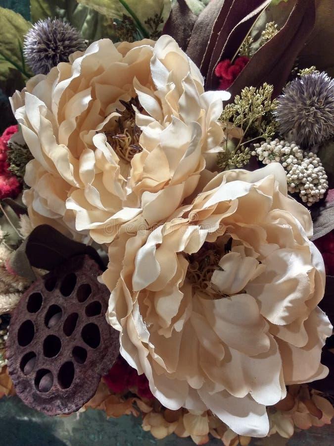 Centro de flores hermoso del estilo del vintage, flores de seda, flores falsas, flores secadas, peonías imágenes de archivo libres de regalías