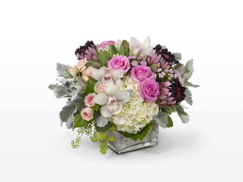 Centro de flores mezclado único con las rosas rosadas, el Protea rosado, y las orquídeas blancas fotos de archivo