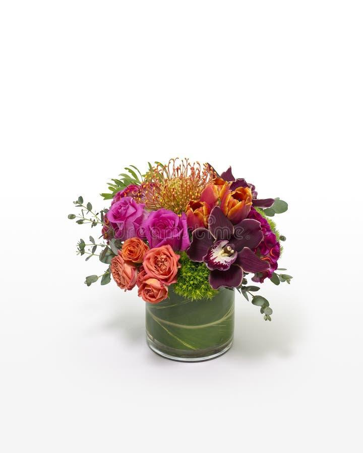 Centro de flores mezclado colorido con un diseño moderno imagenes de archivo