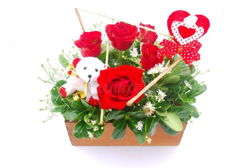 Centro de flores para el día de tarjeta del día de San Valentín imagen de archivo libre de regalías