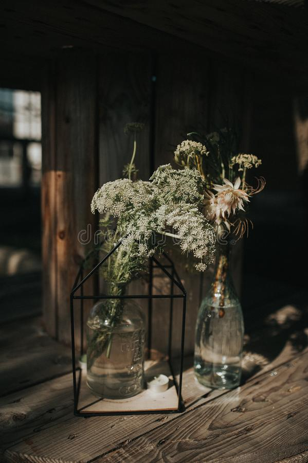 Centro de flores salvajes hermoso en bottels fotografía de archivo libre de regalías