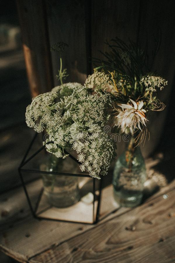 Centro de flores salvajes hermoso en bottels imagenes de archivo
