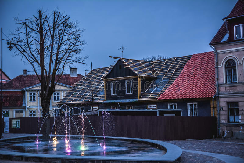 Centro de Kuldiga, Letonia imagenes de archivo