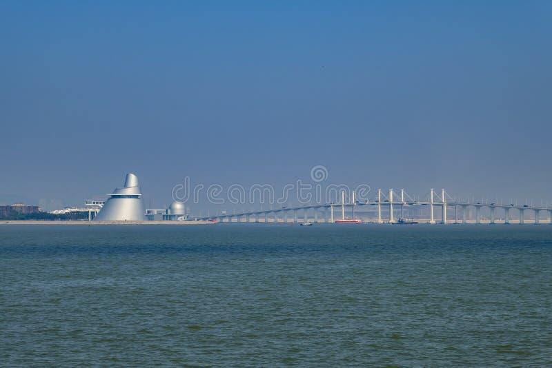 Centro de la ciencia de Macao y puente de Amizade fotografía de archivo libre de regalías