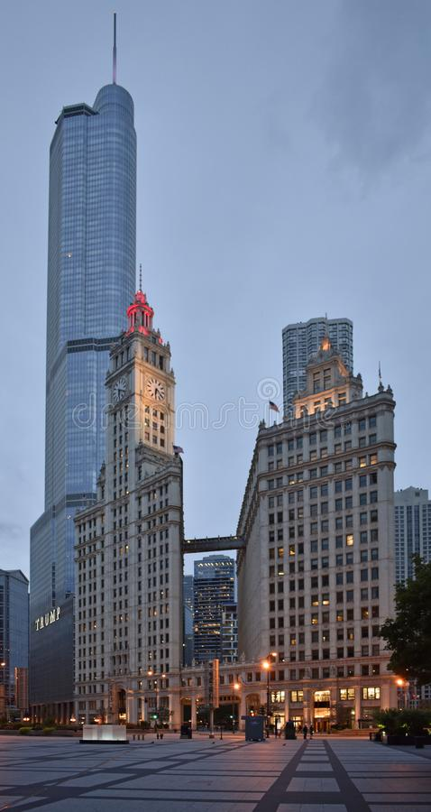 Centro de la ciudad de Chicago con el edificio de la torre y de Wrigley del triunfo foto de archivo libre de regalías