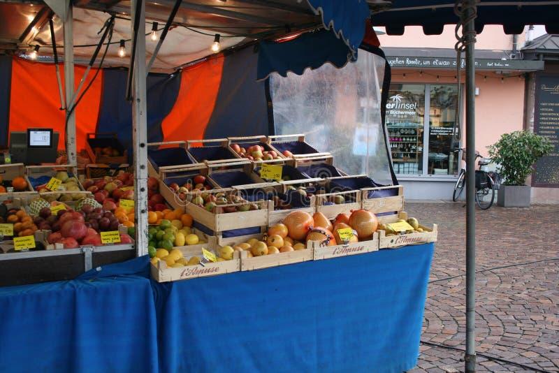 Centro de la ciudad del mercado del mercado de las verduras en Dieburg, Alemania imagenes de archivo
