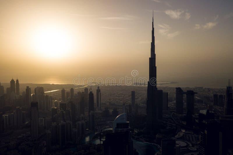 Centro de la ciudad de Dubai con Burj Khalifa antes de la puesta del sol fotos de archivo libres de regalías