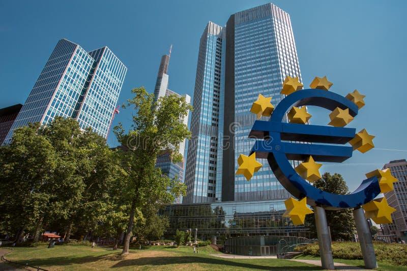Centro de la ciudad de Francfort y muestra del euro fotografía de archivo