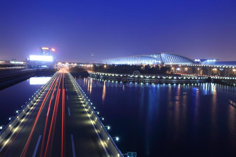 Centro de la ciudad indicado del camino en la noche imagen de archivo