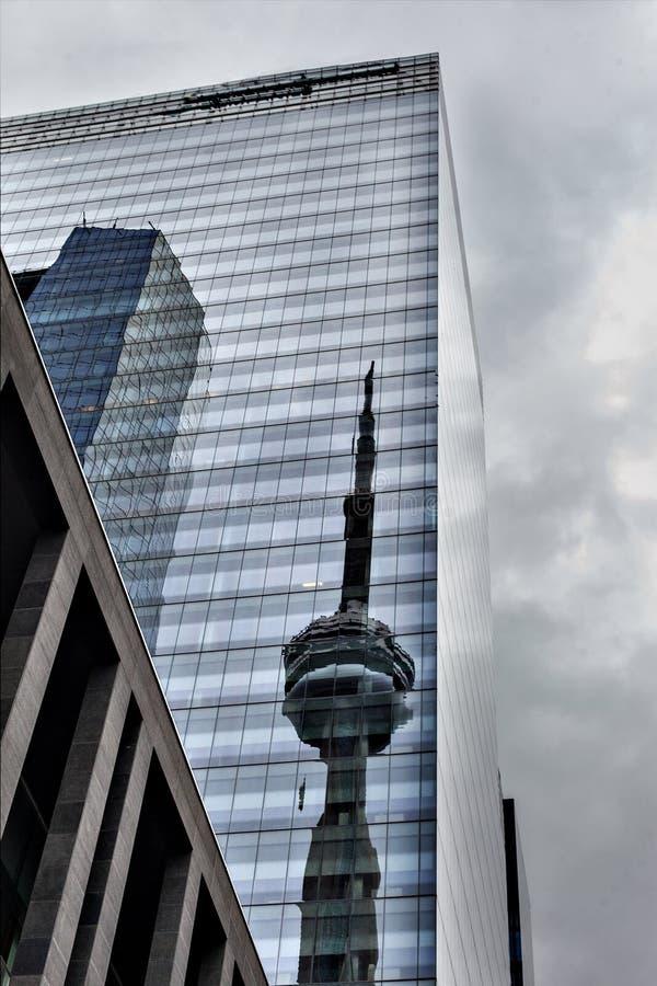 Centro de la ciudad moderno Toronto de la arquitectura Reflexión de la torre de la televisión en el edificio imágenes de archivo libres de regalías