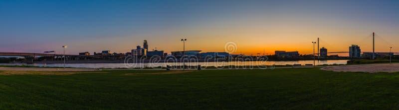 Centro de la ciudad Omaha Nebraska de la escena de la noche de la visión panorámica foto de archivo