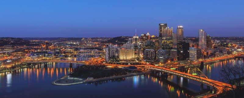 Centro de la ciudad de Pittsburg en la noche imagen de archivo libre de regalías
