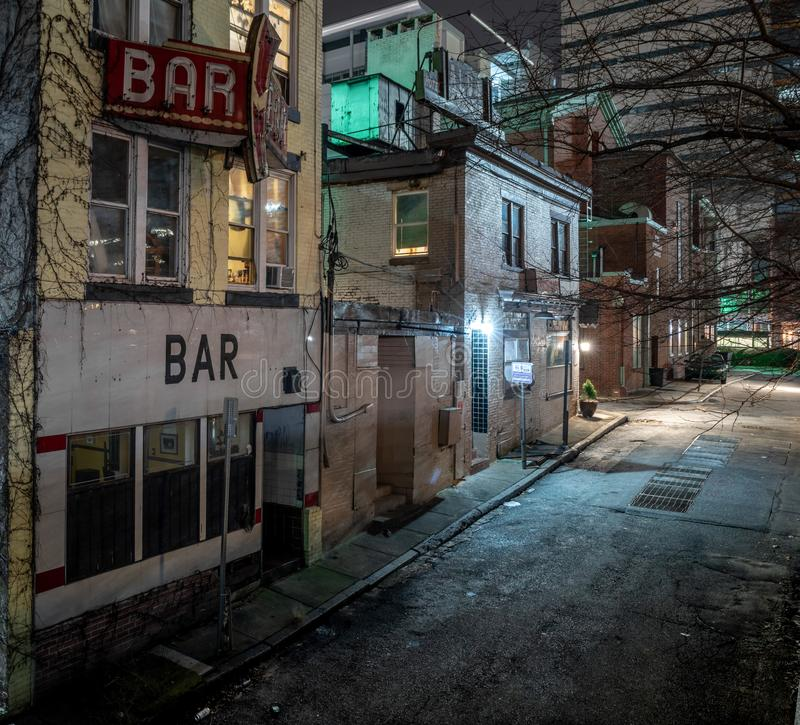 Centro de la ciudad urbano oscuro del pasillo fotografía de archivo libre de regalías