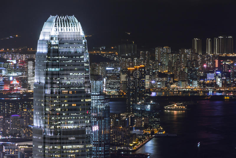 Centro de las finanzas internacionales de Hong Kong en la noche fotos de archivo