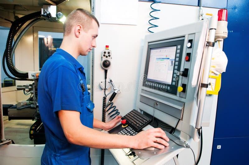 Centro de máquina del CNC del funcionamiento del trabajador imagen de archivo