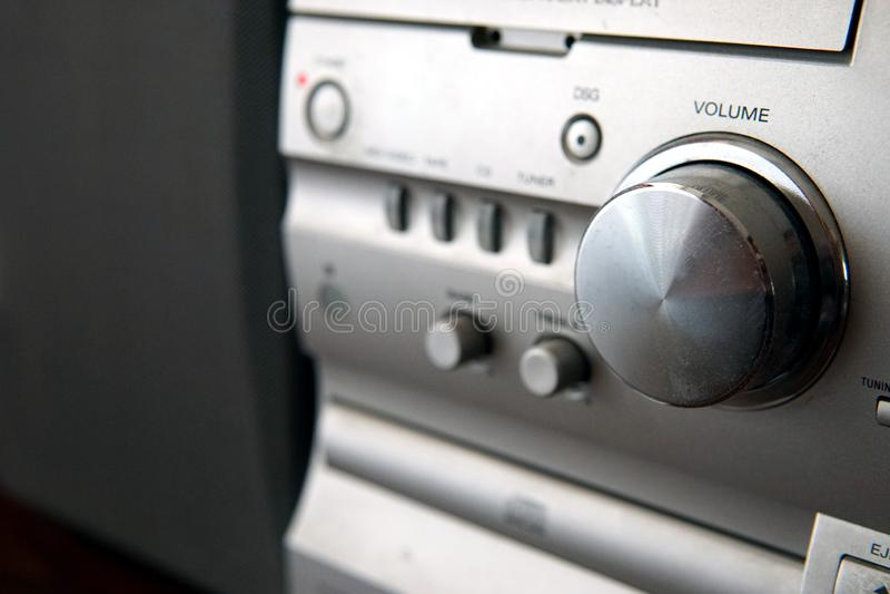 Centro de música compacto moderno com controle de volume fotos de stock royalty free