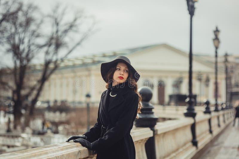 Centro de Moscou do iin da jovem mulher imagens de stock royalty free
