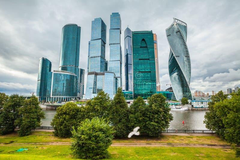Centro de negócio moderno dos arranha-céus em Moscovo, Rússia foto de stock