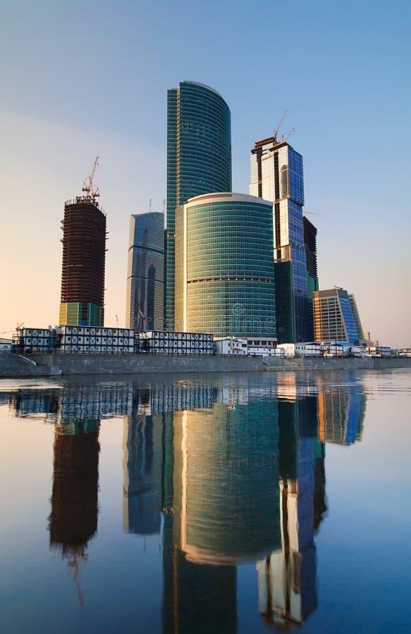 Centro de negócio moderno dos arranha-céus no por do sol fotografia de stock