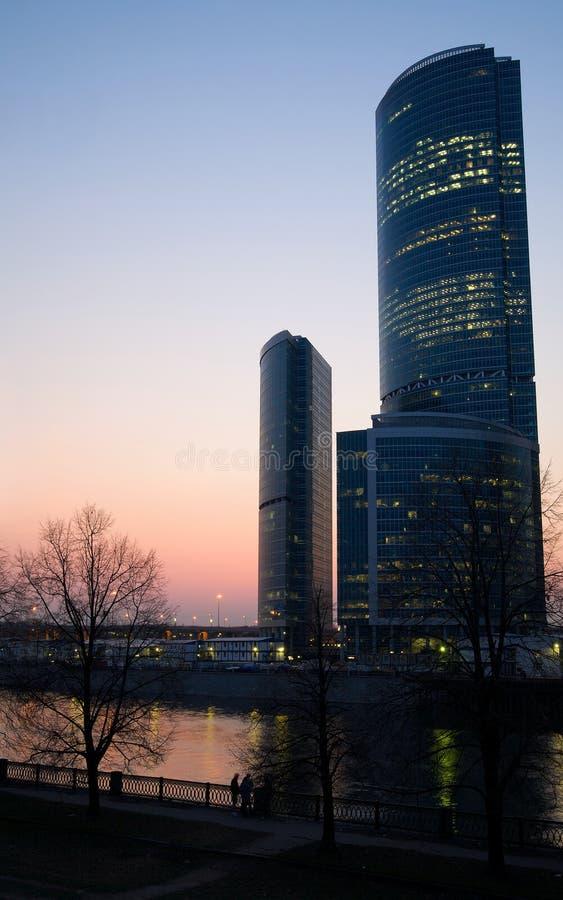 Centro de negócio moderno dos arranha-céus no por do sol imagens de stock
