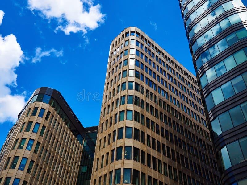 Centro de negócios em um fundo do céu azul imagem de stock royalty free