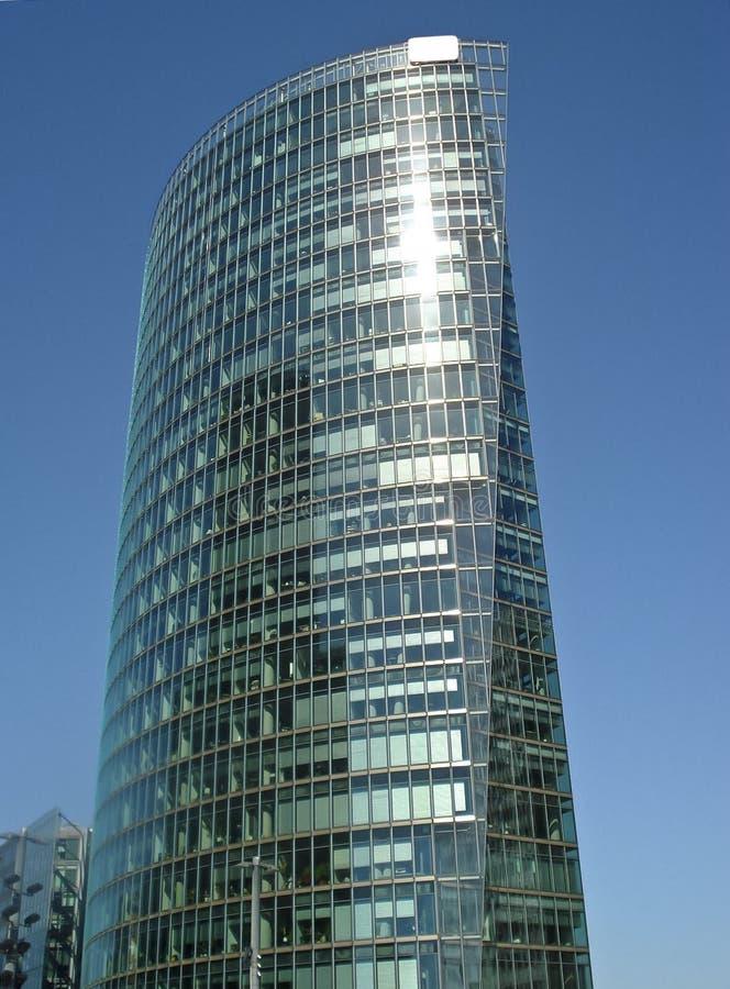 Centro de negócios moderno no fundo do céu azul imagens de stock royalty free