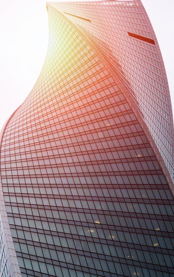 Centro de negócios de vidro moderno da construção Arranha-céus na cidade Os raios do ` s do sol são refletidos na superfície do v fotos de stock
