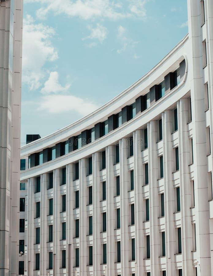 Centro de negocios curvado blanco de la oficina imagen de archivo libre de regalías