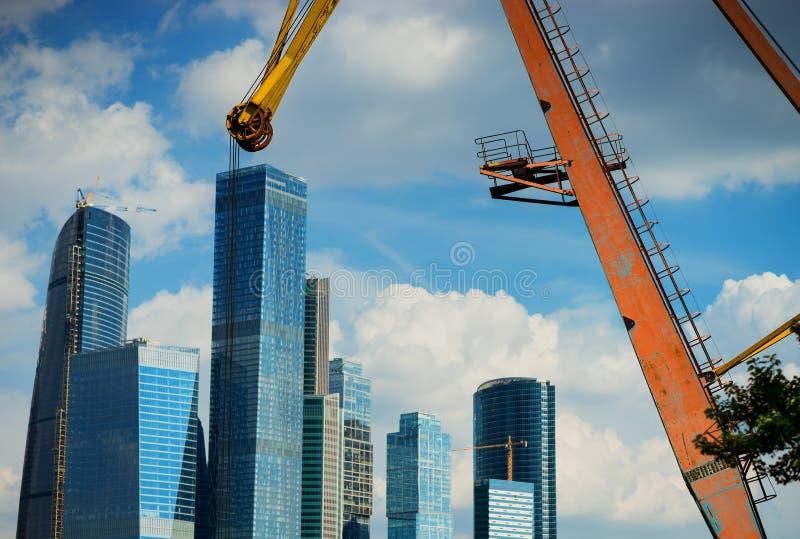 Centro de negocios de la ciudad de Moscú en la parte de atrás de la grúa industrial vieja foto de archivo
