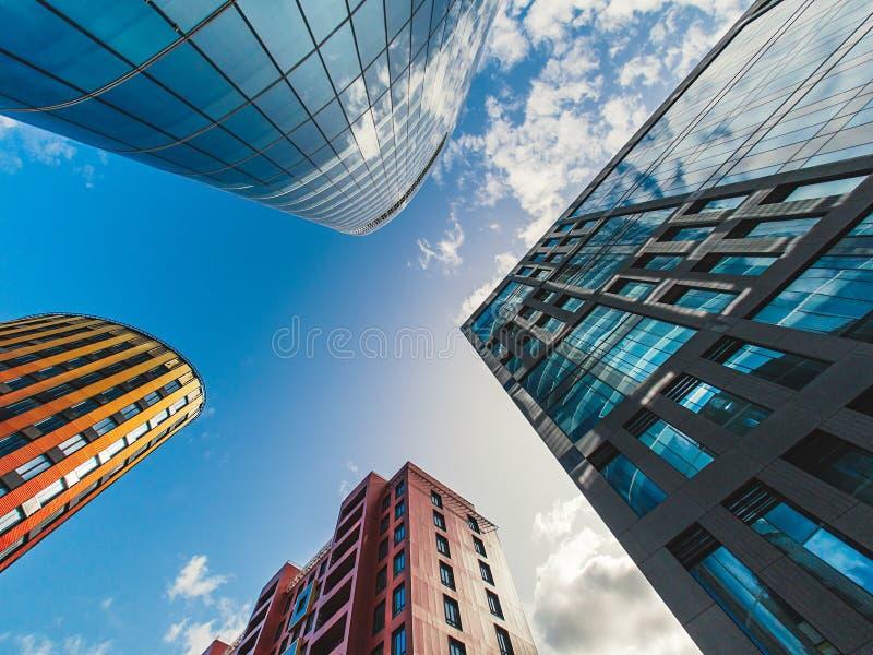 Centro de negocios en fondo del cielo con las nubes Visión inferior con perspectiva fotografía de archivo libre de regalías