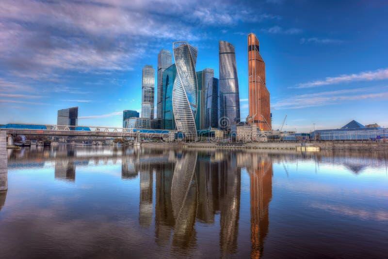 Centro de negocios internacional y puente peatonal Bagration de Moscú Moscú, Rusia imagen de archivo